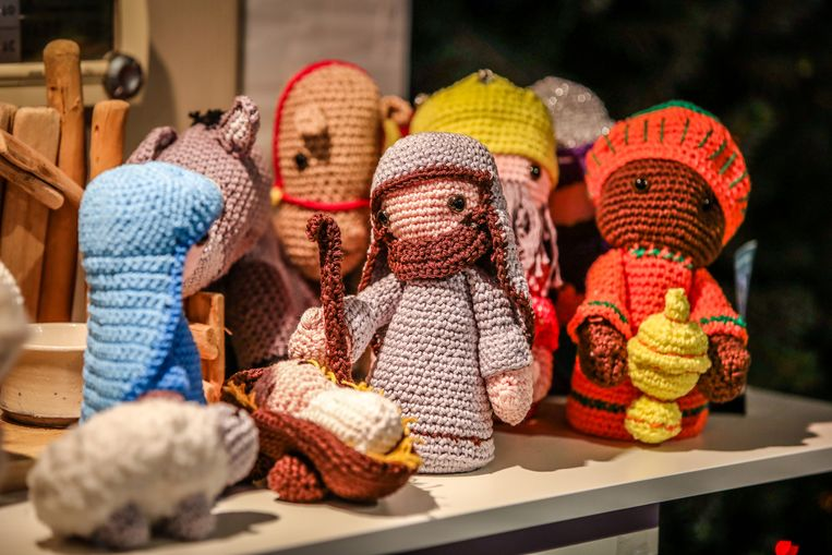 Deze gehaakte kerstfiguren trekken de aandacht.