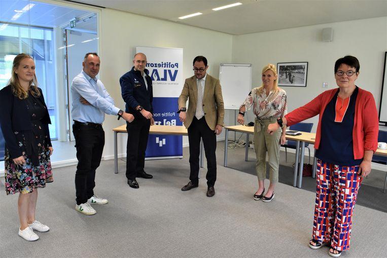 Korpschef Filip Devriendt, burgemeesters Francis Benoit (CD&V), Vincent Van Quickenborne (Team Burgemeester), Carine Dewaele (CD&V) en Isabelle Degraeve, hoofd van de sociale dienst van de politiezone Vlas.