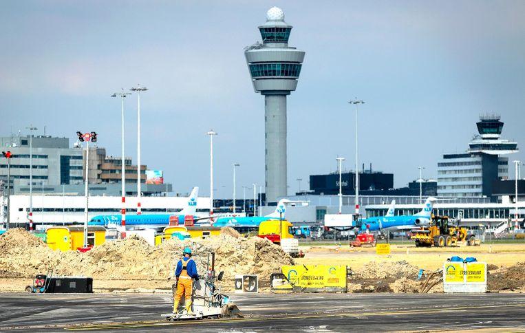 Onderhoud aan de Kaagbaan, afgelopen dinsdag. De landingsbaan moet opnieuw geasfalteerd worden en dat is een megaklus. Beeld anp