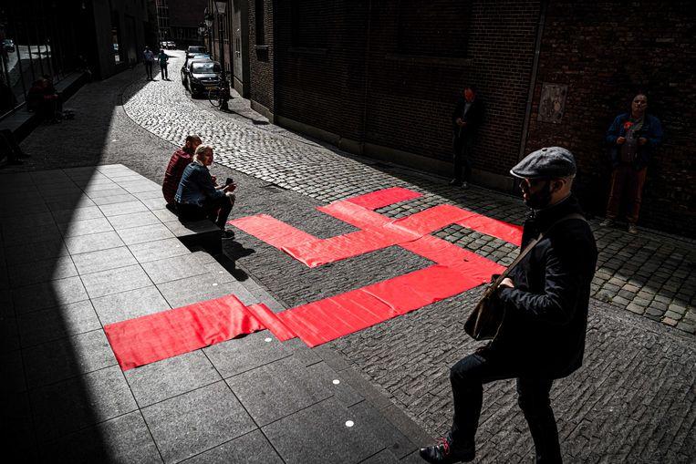 Een Swastika aan de ingang van de expo 'Design van het Derde Rijk' in het Nederlandse Den Bosch.
