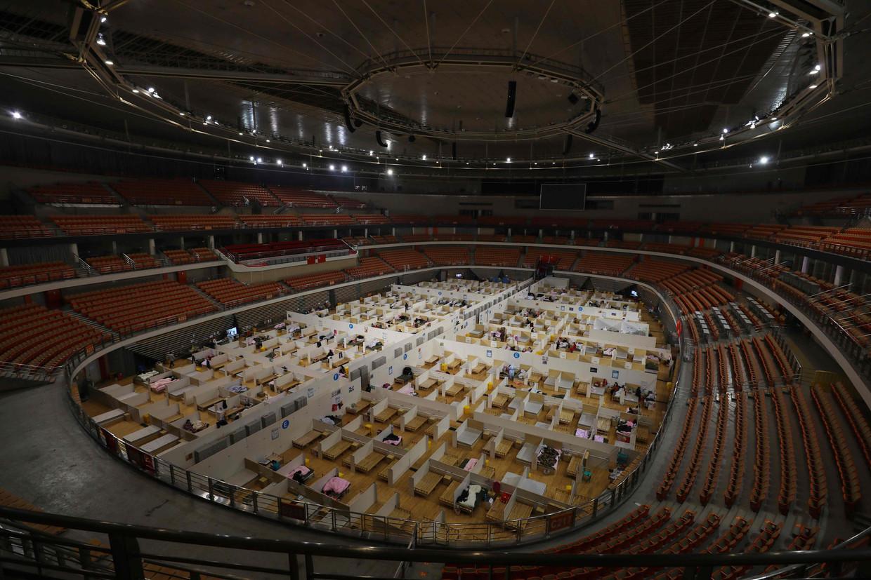 Een geïmproviseerd ziekenhuis in een sportstadion in Wuhan.