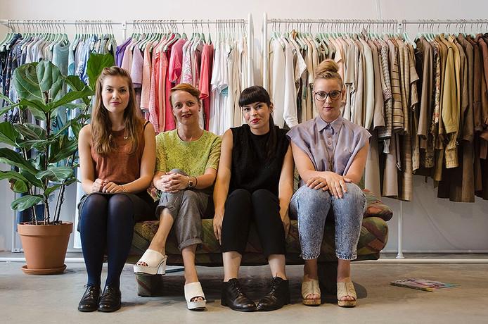 De dames van de kledingbibliotheek: vlnr Elisa, Suzanne, Diana en Angela.