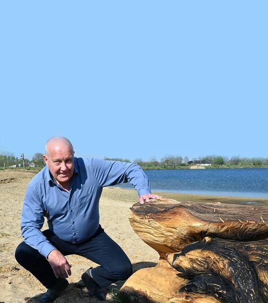 Willem Kusters bij het strandje aan het Kerkeveld bij de Heeswijkse Plassen, een van de gerealiseerde projecten van de Dorpsraad Beers.
