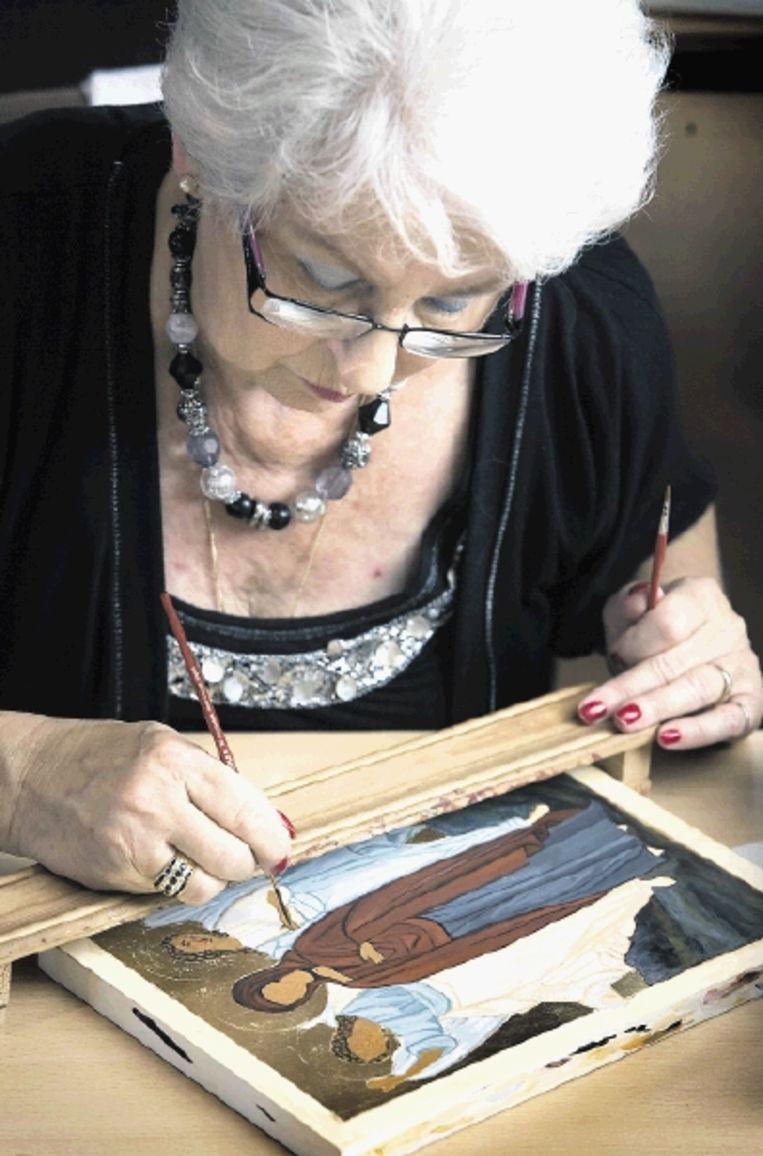 In de 'Zomerweek iconen schilderen' werkt Fransca Goyarts aan de icoon 'De biecht van Maria'.