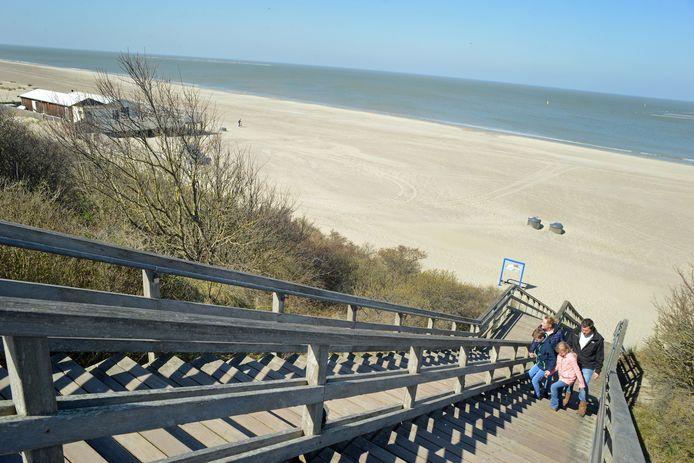 Het gezin Van Hagen verlaat het nagenoeg lege strand bij Renesse.
