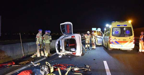 A35 bij Wierden tijdelijk dicht na ongeval: vrouw overgebracht naar ziekenhuis.