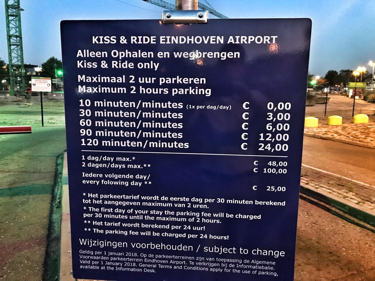 De parkeertarieven van de kiss & ride-parkeerplaats op Eindhoven Airport.