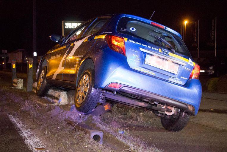 De auto kwam tot stilstand op enkele betonblokken.