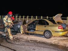 Automobilist rijdt over Ketelburg bij Lelystad en ineens vliegt zijn voertuig in brand