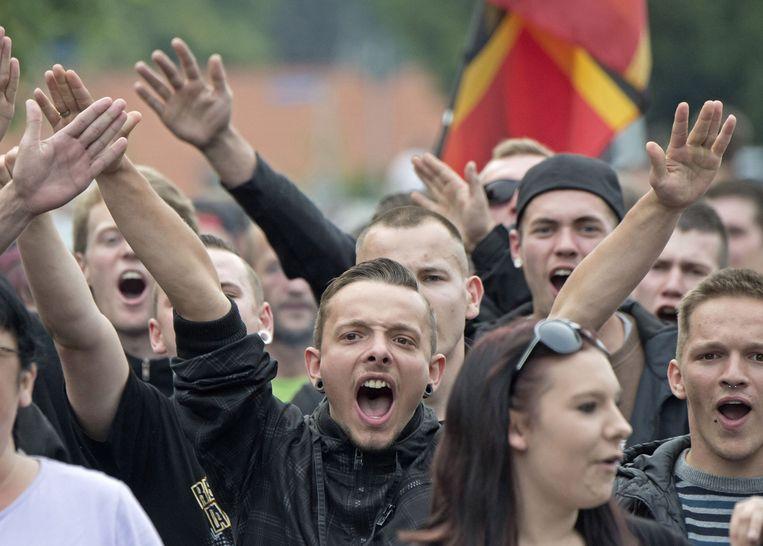 Demonstranten bij een demonstratie tegen de huisvesting van migranten in Freital, in de buurt van Dresden, in juni. De demonstratie werd gesteund door Pegida. Beeld null