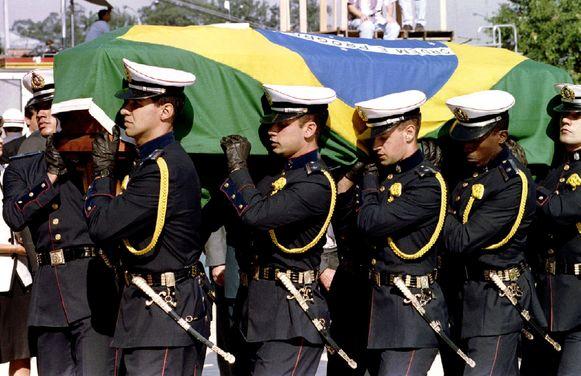 Militairen dragen de kist van Ayrton Senna.