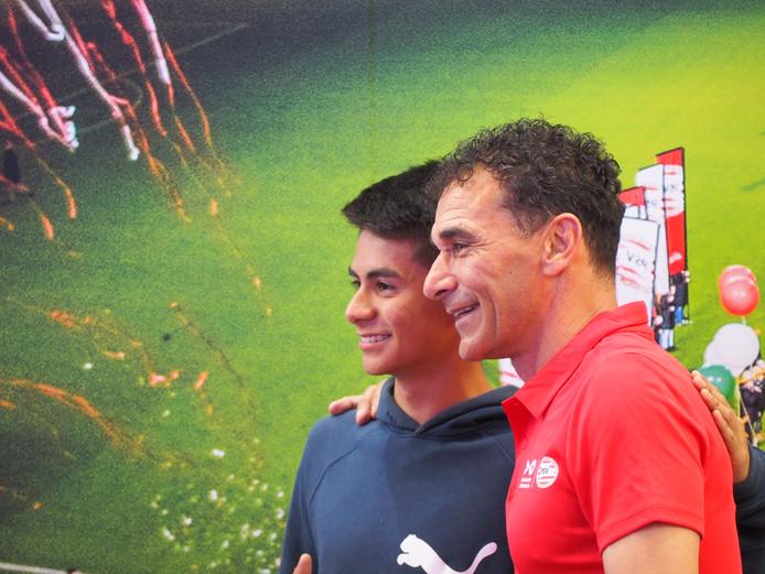 Gerald Vanenburg (r.) speelt een spelletje met Mexicaanse studenten op de stand van Brainport en PSV op de beurs Talent Land in Guadalajara.