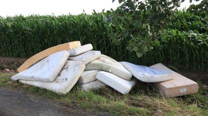 Sluikstorter dumpt 13 vuile matrassen op landelijk weggetje