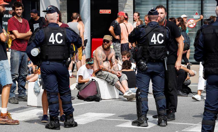De Franse politie praat met een groep demonstranten in Bidart, in de buurt van Bayonne.