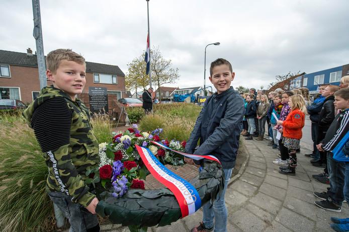Finn en Kevin hebben dragen de krans tijdens de herdenking in Kamperland.