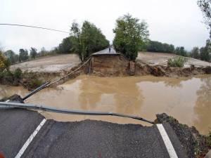 Un mort et un pont effondré lors de violents orages en Italie