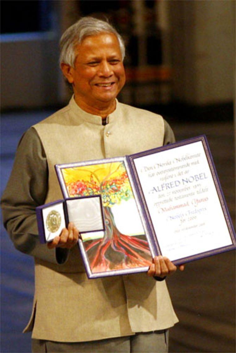 Muhammed Yunus heeft in Oslo de Nobelprijs voor de Vrede in ontvangst genomen. De laureaat zei dat de prijs een belangrijke ondersteuning voor zijn werk is gebleken. Hij is door veel wereldleiders uitgenodigd om te praten over het door hem voor armen bedachte systeem van minikredieten (AFP) Beeld null