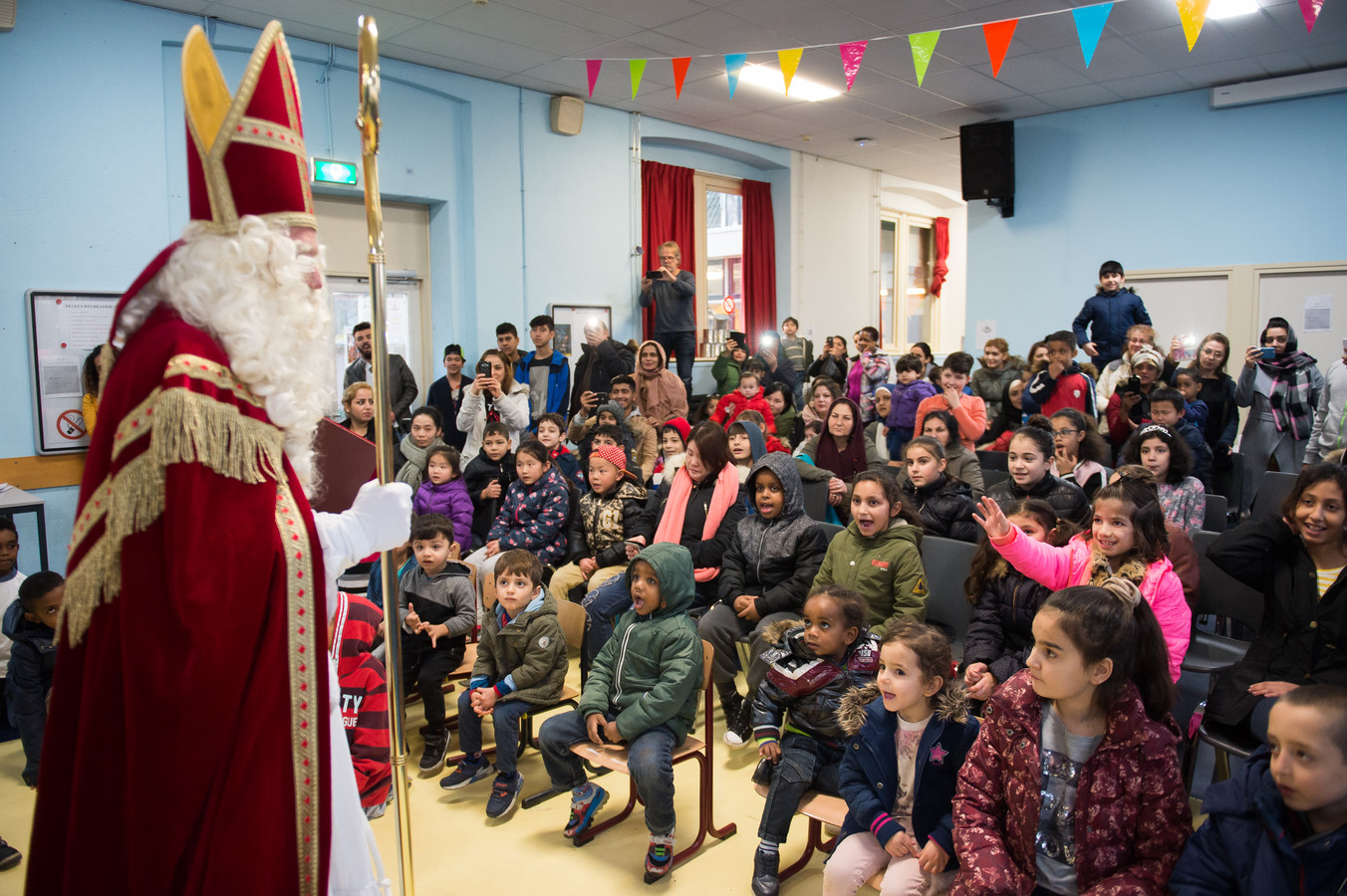 De kinderen genieten van een voorstelling en van Sinterklaas. Foto René Schotanus/Pix4Profs