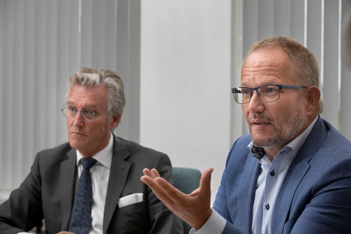 Burgemeester Jorritsma (links) en Ad van Mierlo van de Taskforce-Riec.