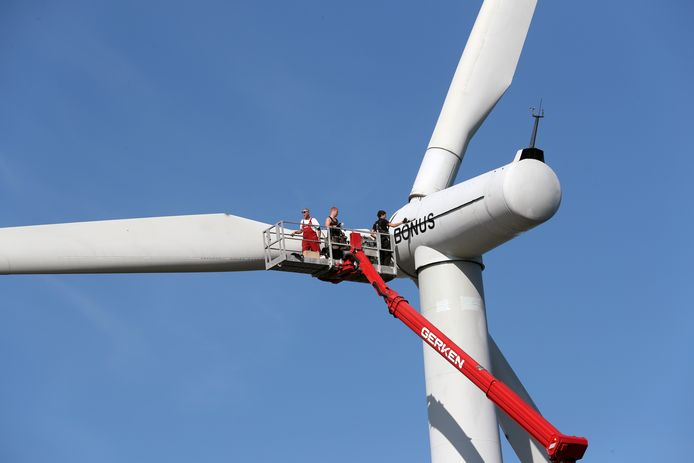 De zes windmolens op de dam worden vervangen door drie hogere die meer opleveren.
