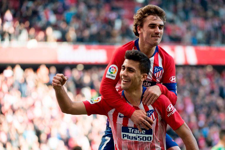 Rodrigo viert een doelpunt met Antoine Griezmann.