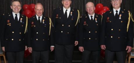 Vijf brandweermannen van korps Helvoirt krijgen lintje voor jarenlange inzet