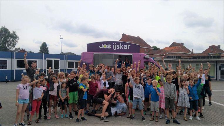 Joe-ijskar trakteerde alle kindjes op een lekker ijsje.