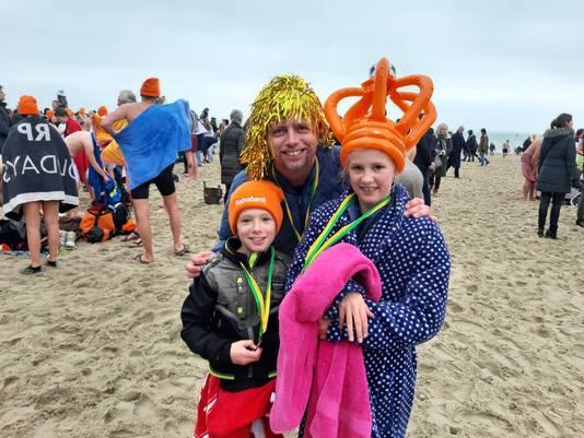 Esmee (11), Sep Jan (8) en vader Eddy Marinissen uit Middelburg maakten de Nieuwjaarsduik op het Badstrand in Vlissingen.