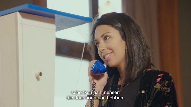 Danira Boukhriss telefoneert met een vrijwilliger van de zelfmoordlijn.