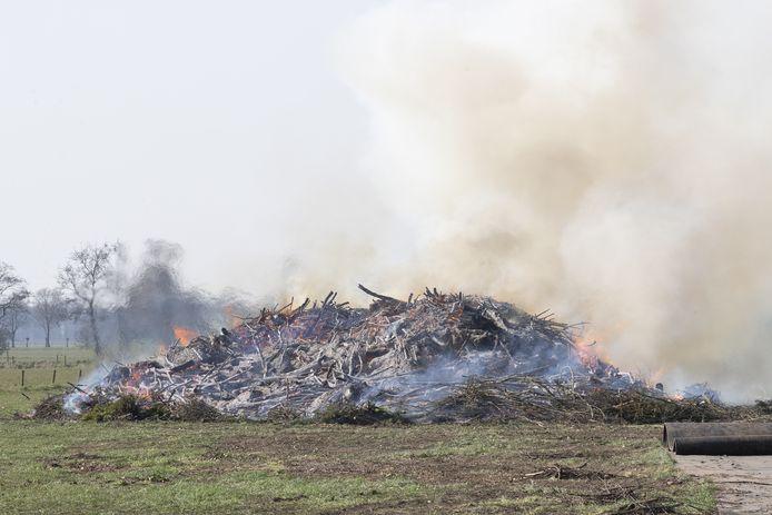 Publiek ontbrak toen de paasboake van Holterbroek in de vlammen ging.