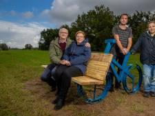 Bankje met verhaal als herinnering aan overleden Koen: 'Ze doen echt iets belangrijks voor mensen'