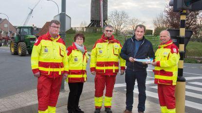 Verkoop eerste Rode Kruissticker aan plaatsvervangend burgemeester Vleteren