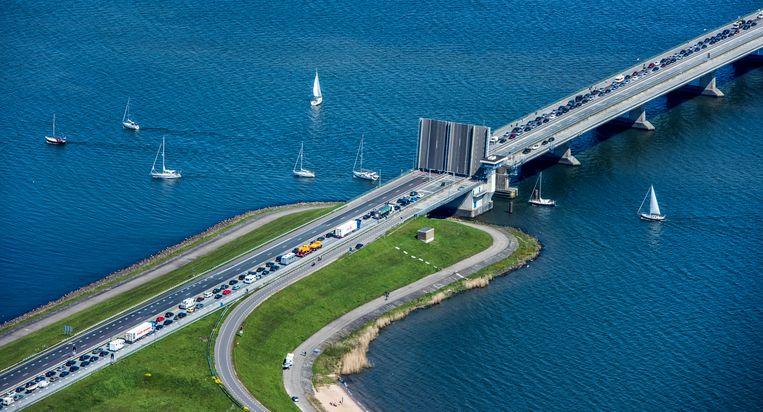 Pleziervaartuigen door de Ketelbrug veroorzaakt file op de A6. Beeld null