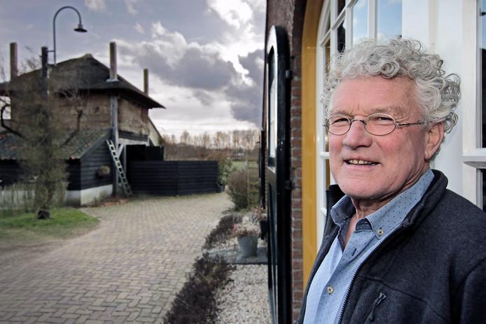 Toon Jaspers bij zijn woonboerderij in Huisseling.