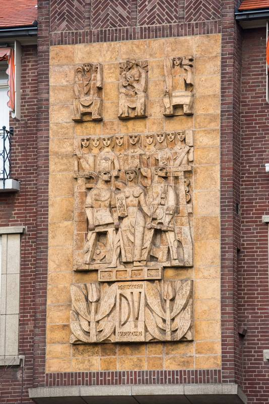 Het grote reliëf aan de muur van Drukkerij Vrijdag in Eindhoven.