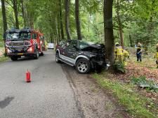 Automobilist botst tegen boom bij Ermelo, traumahelikopter ingezet