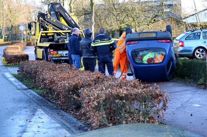 Een auto is in Hapert tegen een vluchtheuvel gereden en op zijn kop terechtgekomen.