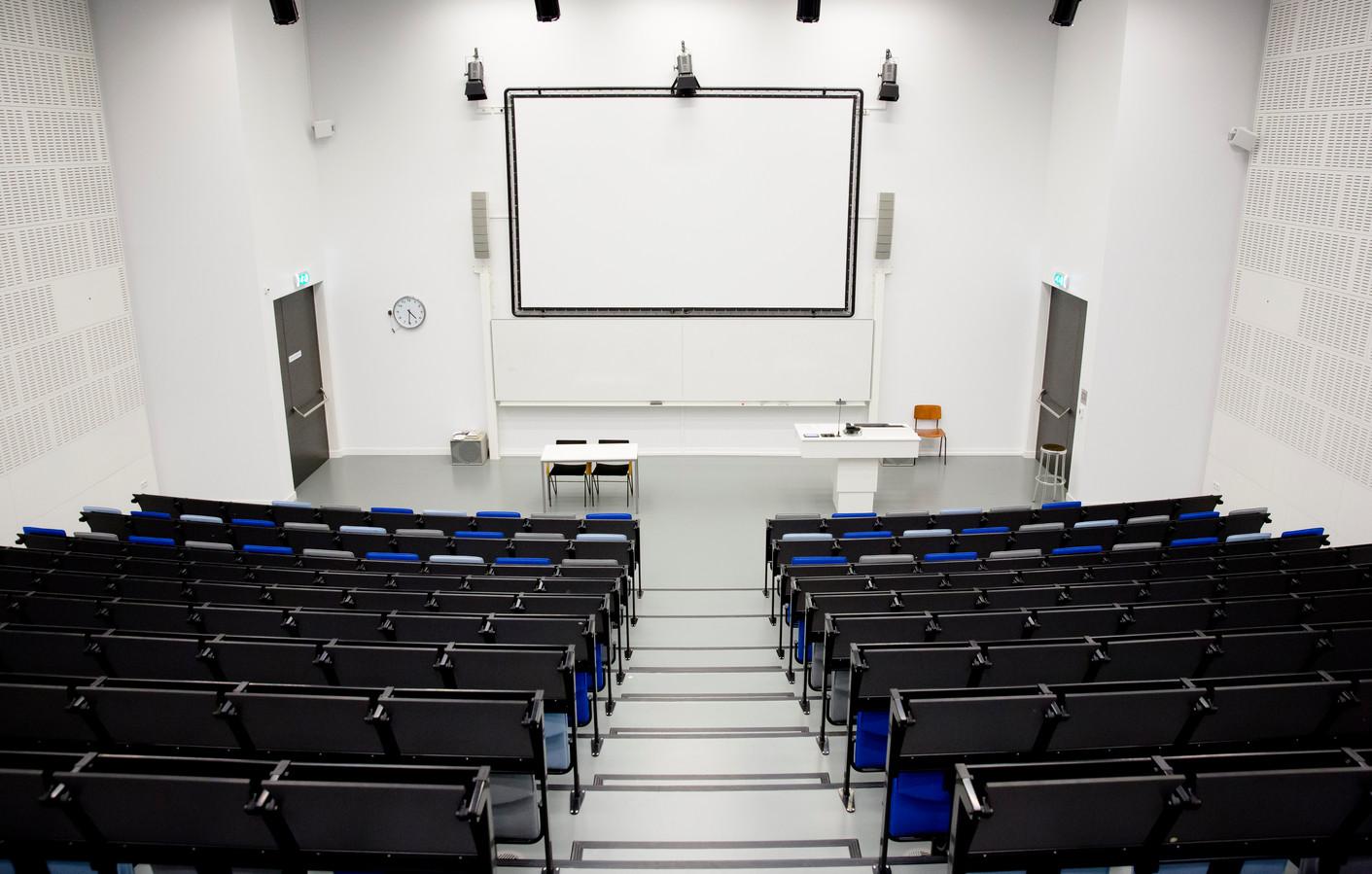 Een lege collegezaal van de Universiteit van Amsterdam. Vanwege de coronapandemie worden veel colleges en lessen nu digitaal gegeven.