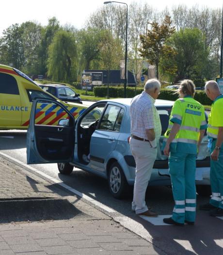 Oudere vrouw remt voor fietser, raakt gewond