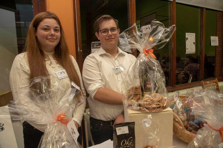 Laure Covent en Jarne Venneman achter de verkoopstand van de mini-onderneming 't Zoete tijdens de kaas en wijnavond van de school in Wetteren.