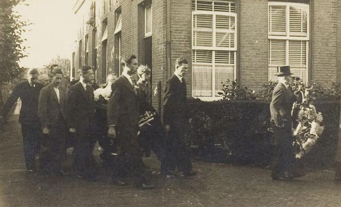 De begrafenis van Joop Hoffman, geëxecuteerd op 6 september 1944.
