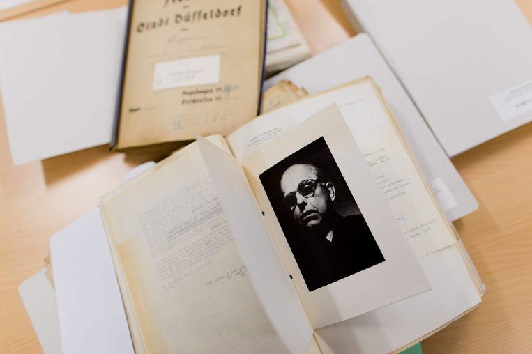 Een rouwkaart met de foto van de Duitse kunsthandelaar Hildebrand Gurlitt (1895-1956) Beeld epa