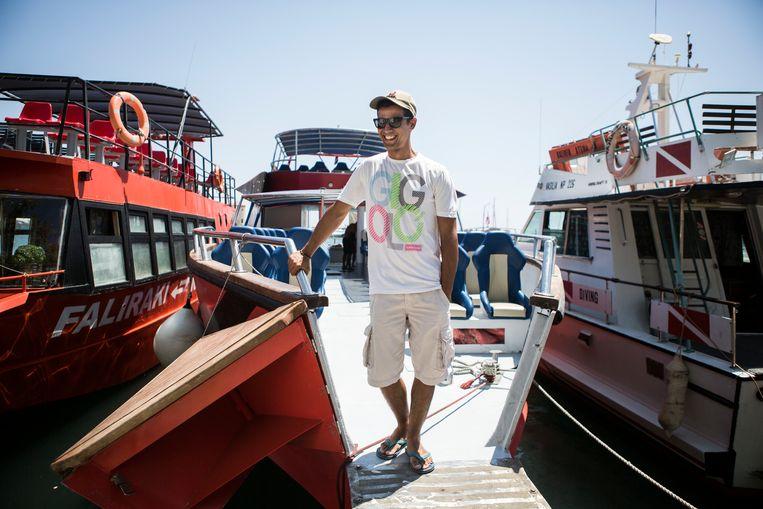 Aris Martakis,  kapitein op een toeristenboot bij Rhodos, gaat zondag zeker niet stemmen. Het afreizen naar het stembureau in de stad waar hij staat ingeschreven, kost hem te veel tijd en dus te veel omzet.  Beeld Julius Schrank / de Volkskrant