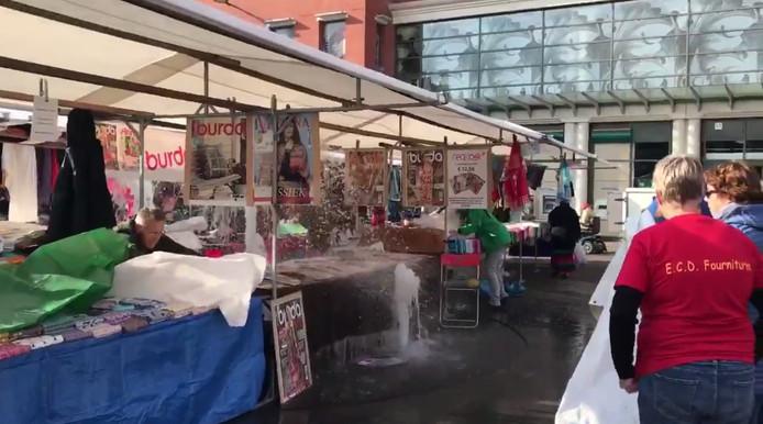 De fontein sprong aan tijdens de stoffenmarkt in Dordrecht.