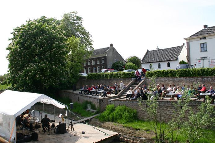 De nieuwe passantensteiger aan de Korne, in gebruik genomen voor het evenement Jazz in Buren.