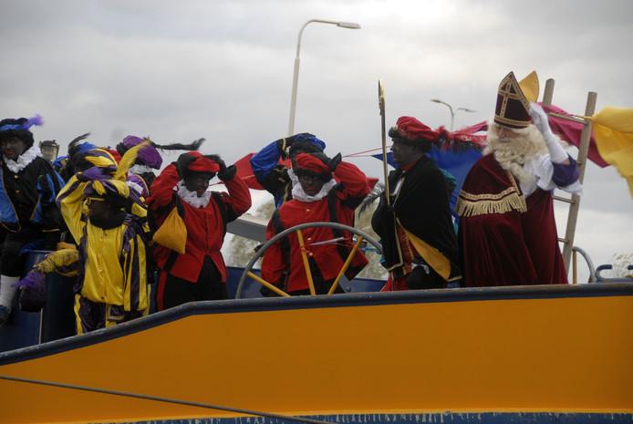 Sinterklaas en zijn pieten hadden bij de intocht last van de harde wind.