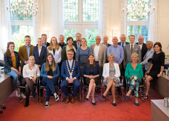 De gemeenteraad van Oisterwijk, zoals deze in maart 2018 aantrad, samen met burgemeester Hans Janssen en raadsgriffier Daniëlle Robijns.