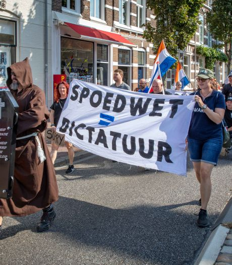 Mars tegen coronamaatregelen in Middelburg: het leven is beter zonder 1,5 meter