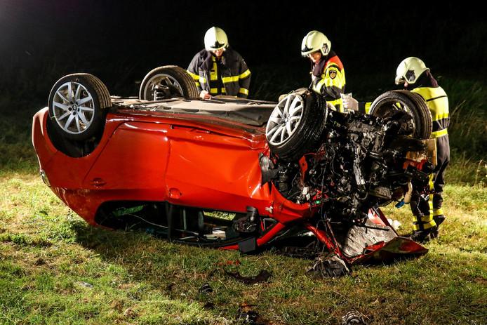 De auto kwam op de kop terecht en raakte zwaar beschadigd.