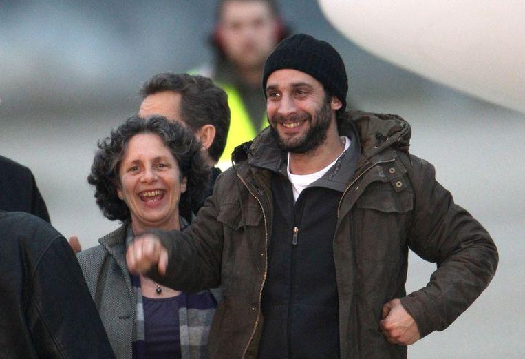 De Franse fotograaf William Daniels glimlacht bij zijn aankomst in Frankrijk. Beeld afp
